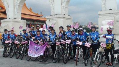 15位癌友組粉紅車隊,參加扶輪社主辦的單車環台千里行